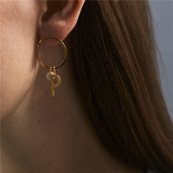 Design Letters Earring Hoops 24 mm Gold (Kuva 3 tuotteesta 3)